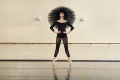 Ballerina, die in der Tanzhalle aufwirft stockfotografie