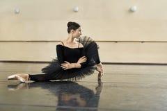 Ballerina, die in der Tanzhalle aufwirft lizenzfreies stockfoto