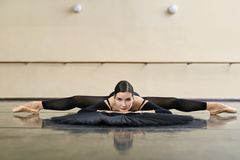 Ballerina, die in der Tanzhalle aufwirft stockfoto