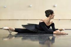 Ballerina, die in der Tanzhalle aufwirft lizenzfreie stockbilder