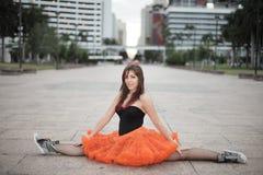 Ballerina, die eine Spalte durchführt Lizenzfreie Stockfotos