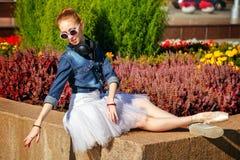 Ballerina, die in einem Park stillsteht Lizenzfreies Stockbild