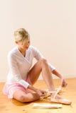 Ballerina, die für Ballettleistung angekleidet erhält Stockbild