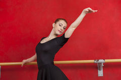 Ballerina die Haar Dansbewegingen uitoefenen bij Bar Stock Afbeeldingen