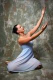 Ballerina die Handen opheft Stock Afbeeldingen