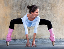 Ballerina, die heraus ausdehnt Stockfoto
