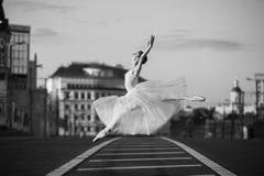 Ballerina die in het centrum van Moskou dansen Stock Foto's