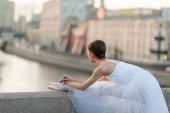 Ballerina die in het centrum van Moskou dansen Stock Fotografie