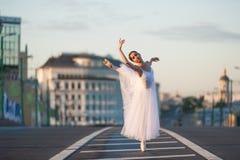 Ballerina die in het centrum van Moskou dansen Stock Foto