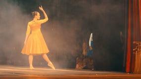 Ballerina die in het theater dansen royalty-vrije stock foto