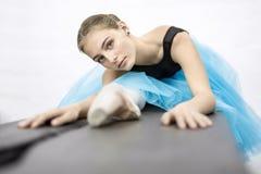 Ballerina, die im Studio aufwirft Stockfotografie