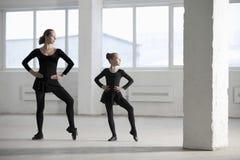 Ballerina die Jong Meisje in Pakhuis onderwijzen royalty-vrije stock afbeelding