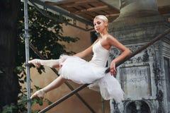 Ballerina, die nahe im Bau errichten tanzt Lizenzfreie Stockbilder