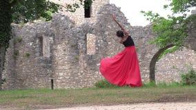 Ballerina die op de straat dansen stock footage