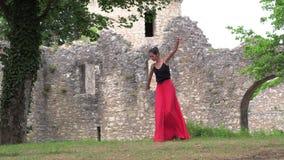 Ballerina die op de straat dansen stock videobeelden