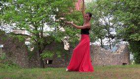Ballerina die op de straat dansen stock video