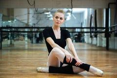Ballerina die op de vloer rusten Royalty-vrije Stock Afbeeldingen