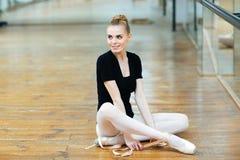 Ballerina die op de vloer rusten Royalty-vrije Stock Foto's