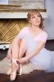 Ballerina, die Pointe-Schuhe bindet Stockfoto