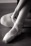Ballerina, die Schuh bindet Lizenzfreies Stockbild