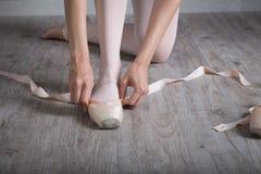 Ballerina, die sich vorbereitet Lizenzfreie Stockfotografie