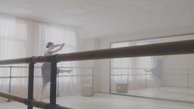 Ballerina die in studio danst Grijze achtergrond stock footage