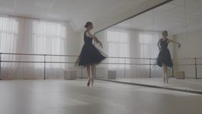Ballerina die in studio voor spiegel dansen stock videobeelden