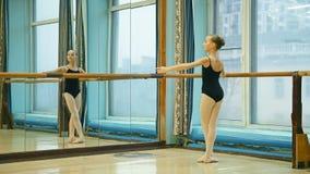 Ballerina, die tandyu Übung tut stock video footage