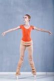 Ballerina, die vor Wiederholung aufwärmt stockfotos