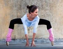 Ballerina die zich uit uitrekt Stock Foto