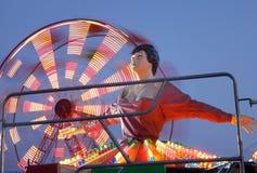 Ballerina e ruota di ferris al parco di divertimenti fotografie stock libere da diritti
