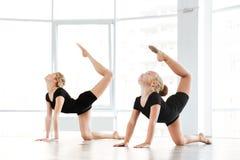 Ballerina ed insegnante della bambina che fanno gli esercizi nella classe di balletto Fotografia Stock