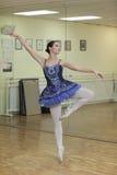 Ballerina in een blauwe tutu Royalty-vrije Stock Fotografie