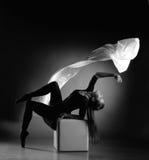Ballerina, ein Tuch mit Gewebe fliegend Lizenzfreie Stockfotos
