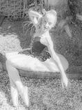 Ballerina in einem Garten lizenzfreie stockfotos