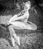 Ballerina in einem Garten lizenzfreie stockfotografie