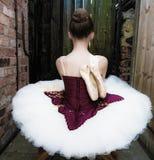 Ballerina in einem Garten stockfoto
