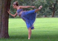 Ballerina in einem Park stockbilder