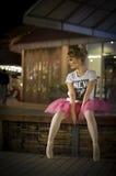 Ballerina in einer städtischen Nachtzeiteinstellung Lizenzfreie Stockfotografie