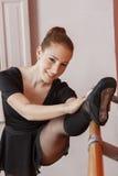Ballerina felice che allunga la sua gamba al balletto Antivari Immagine Stock Libera da Diritti