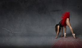 Ballerina gillar en idrotts- löpare arkivbild