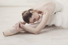Ballerina graziosa che allunga, fondo di balletto Fotografie Stock