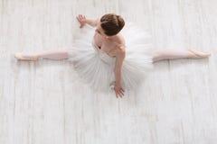 Ballerina graziosa che allunga, fondo di balletto Fotografia Stock