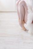 Ballerina graziosa che allunga, fondo di balletto Fotografia Stock Libera da Diritti