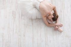 Ballerina graziosa che allunga, fondo di balletto, vista superiore Fotografia Stock Libera da Diritti