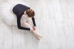 Ballerina graziosa che allunga, fondo di balletto, vista superiore Fotografia Stock