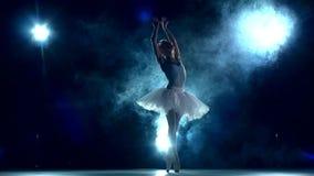Ballerina in het klaslokaal op blauw Langzame Motie stock video