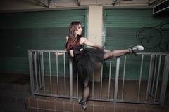 Ballerina in het stedelijke plaatsen Royalty-vrije Stock Foto's