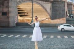 Ballerina het stellen in het centrum van Moskou Stock Foto