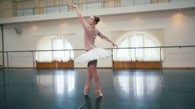 Ballerina in het witte de kleding van de ballettutu praktizeren in dansstudio of gymnastiek Vrouw het dansen klassieke pa's in kl stock videobeelden